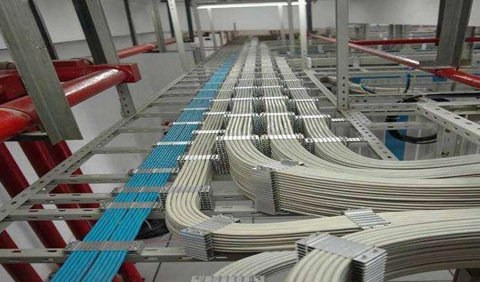 2米.开关的接线应接在被控制的灯具或电器的火线上.